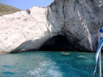 Liten grotta och kristallklart vatten av den Paros ön, Grekland Royaltyfria Foton