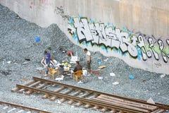 Liten grupp av män bredvid järnväg Royaltyfri Bild