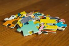 Liten grupp från mång--färgade skivor av ett pussel Arkivfoto