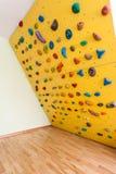 Liten gul klättringvägg arkivfoton