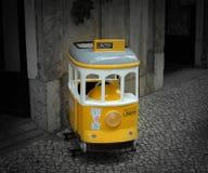 Liten gul spårvagn Arkivfoto
