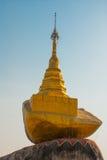 Liten guld- sten guld- rock Kyaiktiyo Pagoda myanmar Royaltyfri Bild