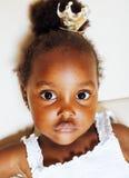 Liten gullig afrikansk amerikanflicka som spelar med djura leksaker på ho Fotografering för Bildbyråer