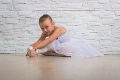 Liten gullig ballerina ballerina Uppvärmning Arkivfoto