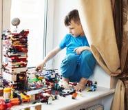Liten gullig f?rskolebarnpojke som spelar hemmastatt lyckligt le f?r konstrukt?rleksaker, slut f?r livsstilbarnbegrepp upp arkivfoto