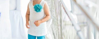 Liten gullig flicka i härlig klänning inomhus Arkivfoton