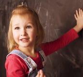 Liten gullig flicka i klassrum Royaltyfri Foto