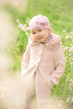Liten gullig flicka nära ett blomningträd Royaltyfri Foto