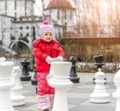 Liten gullig flicka på plen Royaltyfri Foto