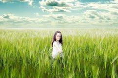 Liten gullig flicka på vetefältet som är utomhus- Royaltyfria Foton