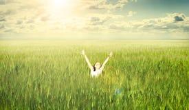Liten gullig flicka på vetefältet som är utomhus- Arkivbilder