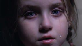 Liten gullig flicka som desperat gråter, kränkningar av barnrätter, försvarslös unge arkivfilmer