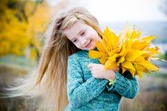 liten gullig flicka utomhus Arkivbild