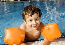 Liten gullig pojke i simbassäng Royaltyfri Bild