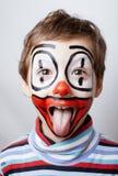 Liten gullig pojke med facepaint som clown Fotografering för Bildbyråer