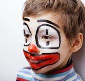Liten gullig pojke med facepaint som clown Arkivbild