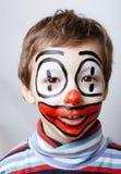 Liten gullig pojke med facepaint som clown, Royaltyfri Foto