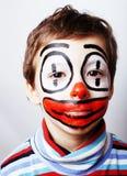 Liten gullig pojke med facepaint som clown, pantomimic uttryck Arkivbild