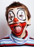 Liten gullig pojke med facepaint som clown, pantomimic uttryck Arkivfoto