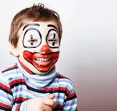 Liten gullig pojke med facepaint som clown, pantomimic uttryck Arkivbilder