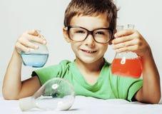 Liten gullig pojke med isolerat medicinexponeringsglas Royaltyfri Bild