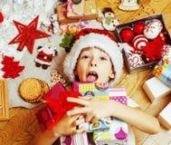 Liten gullig pojke med julgåvor hemma slut upp emotionellt Royaltyfri Fotografi