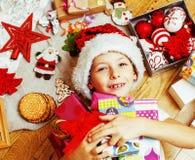 Liten gullig pojke med julgåvor hemma slut upp emotionellt Fotografering för Bildbyråer