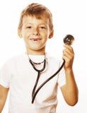 Liten gullig pojke med stetoskopet som spelar som vuxet le för yrkedoktorsslut som upp isoleras på vit Royaltyfria Bilder