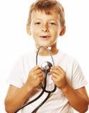 Liten gullig pojke med stetoskopet som spelar som vuxet le för yrkedoktorsslut som upp isoleras på vit Arkivbild