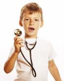 Liten gullig pojke med stetoskopet som spelar som vuxet le för yrkedoktorsslut som upp isoleras på vit Royaltyfria Foton