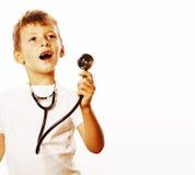 Liten gullig pojke med stetoskopet som spelar som vuxet yrke D Fotografering för Bildbyråer