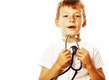Liten gullig pojke med stetoskopet som spelar som vuxet yrke D Royaltyfria Bilder