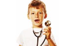 Liten gullig pojke med stetoskopet som spelar som vuxet yrke D Arkivbild
