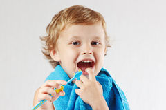 Liten gullig pojke med tandborsten med toothpaste arkivbilder