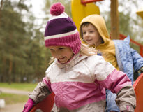 Liten gullig pojke och flicka som utanför spelar Fotografering för Bildbyråer
