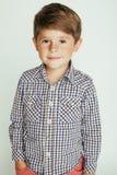 Liten gullig pojke på den vita bakgrundsgesten fotografering för bildbyråer