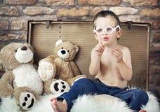 Liten gullig unge med teddybears arkivfoto