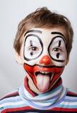 Liten gullig verklig pojke med facepaint som clown Arkivbild