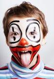 Liten gullig verklig pojke med facepaint som clownen, pantomimic expre Royaltyfri Foto