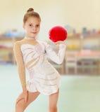 Liten gymnast med en boll Arkivbilder