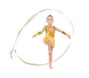 Liten gymnast som öva med ett band Arkivfoton