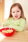 liten härlig äta flicka Royaltyfri Fotografi