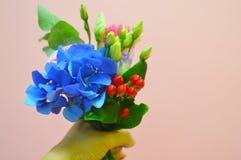 Liten härlig bukett av blommor för lilla flickan arkivbild