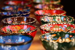 Liten härlig färgrik krukmakeri bowlar i Mostar, Bosnien och Hercegovina Royaltyfri Fotografi