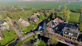 Liten härlig by för flyg- sikt i Holland Flyg över taken av hus och gator av en liten by in stock video