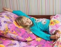 Liten härlig flicka i säng Arkivfoto