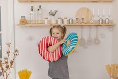 Liten härlig flicka som spelar i köket med färgrik leksaker fotografering för bildbyråer