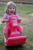 Liten härlig flicka som spelar i lekplatsen royaltyfria foton