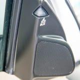 Liten högtalare för bil, disktanthögtalare på dörrarna arkivbilder