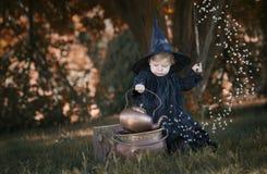 Liten halloween häxa utomhus i träna Royaltyfri Fotografi